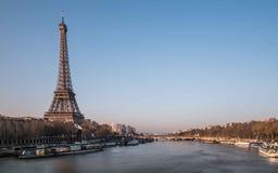 在塞纳河附近的埃佛尔铁塔 免版税图库摄影