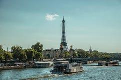 在塞纳河,桥梁和艾菲尔铁塔的小船日落的在巴黎 免版税库存图片