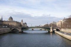 在塞纳河,巴黎的Pont Notre Dame 图库摄影