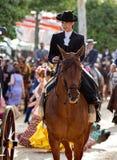 在塞维利亚4月市场的妇女骑马  图库摄影