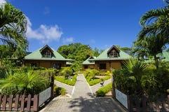 在塞舌尔群岛样式的村庄 免版税库存图片