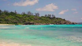 在塞舌尔群岛海岛死了树和小波浪在白色海滩 拉迪格岛, Anse椰树 影视素材