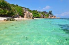 在塞舌尔群岛海岛,拉迪格岛,来源D上的花岗岩多岩石的海滩 免版税库存照片