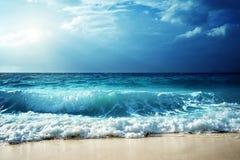 在塞舌尔群岛海滩的波浪 图库摄影
