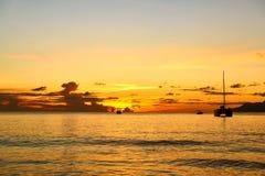 在塞舌尔群岛海滩的美好的日落 库存照片