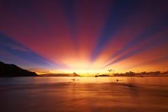 在塞舌尔群岛海滩的美好的日落 免版税图库摄影