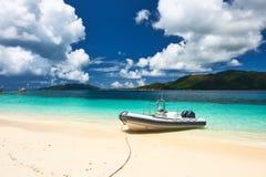 在塞舌尔群岛的热带海滩有小船的 免版税库存图片