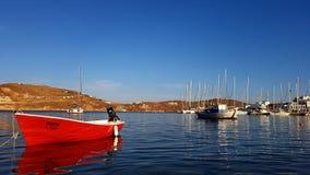 在塞里福斯岛海岛上的Livadhi小游艇船坞 免版税库存图片