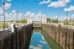 在填装的空的气密室供水系统大运河用水前 库存照片