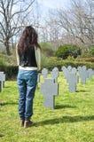 在墓地的妇女立场 免版税库存照片