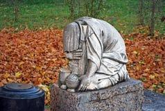 在墓碑的悲哀的雕塑 Dormition Goritsky修道院在市Pereslavl-Zalessky 俄国 库存照片
