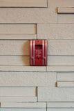 在墙壁上的一个火警拖拉箱 免版税库存图片