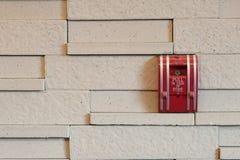 在墙壁上的一个火警拖拉箱 库存图片