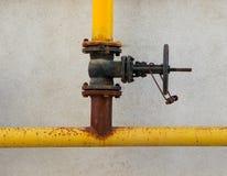 在墙壁上的一个老生锈的煤气控制阀门 库存图片