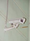 在墙壁上的一台监视器在街道上 库存照片
