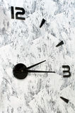 在墙壁上的一块异常的手表 库存图片