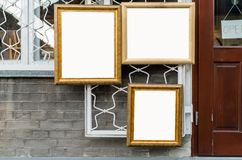 在墙壁上的三个图片木制框架在美术画廊, B之外 免版税图库摄影