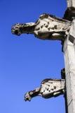 在墙壁上的两个中世纪石面貌古怪的人 免版税库存照片