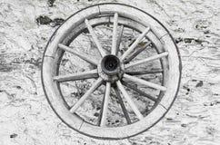在墙壁上的两个木spoked轮子 库存图片