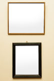 在墙壁上的两个空白的框架 库存照片
