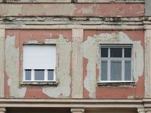 在墙壁上的两个窗口 库存图片