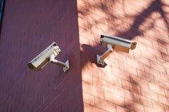 在墙壁上的两台照相机 免版税库存图片