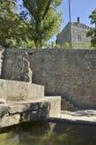 在墙壁上的中世纪喷泉 免版税库存图片