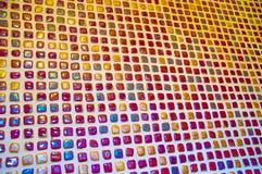 在墙壁上的五颜六色的小锦砖从具体角度 免版税库存图片