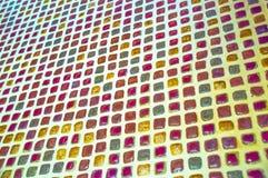 在墙壁上的五颜六色的小锦砖有从具体角度的白色赋格曲的 图库摄影