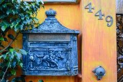 在墙壁上的五颜六色的岗位箱子 免版税图库摄影