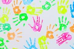 在墙壁上的五颜六色的手印刷品 免版税库存图片