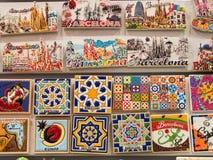 在墙壁上的五颜六色的磁铁在一个纪念品店在巴塞罗那,西班牙 免版税库存图片