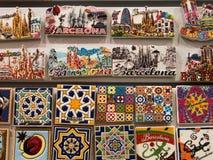 在墙壁上的五颜六色的磁铁在一个纪念品店在巴塞罗那,西班牙 库存图片