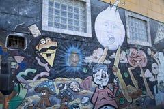 在墙壁上的五颜六色的街道街道画 免版税库存图片