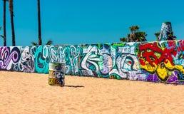在墙壁上的五颜六色的街道画和桶在威尼斯靠岸 向量例证