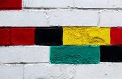 在墙壁上的五颜六色的被涂清漆的砖 免版税库存图片