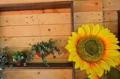 在墙壁上的人为向日葵 免版税库存照片