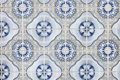 在墙壁上的典型的葡萄牙装饰有色的陶瓷砖的 传统锦砖Azulejos 免版税库存图片
