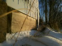 在墙壁上的冰滴水 图库摄影