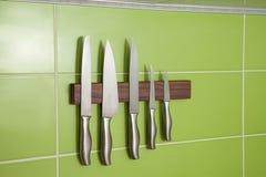 在墙壁上的刀子 免版税库存照片
