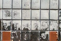 在墙壁上的切削的油漆用陶瓷砖纹理盖 库存图片