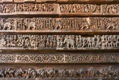 在墙壁上的古老图象 在Hoysaleshwara印度寺庙的雕刻 免版税图库摄影