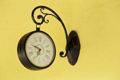 在墙壁上的古色古香的壁钟 免版税库存图片