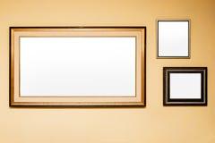 在墙壁上的土气空白的框架在房子 库存照片