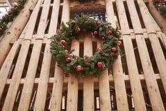 在墙壁上的圣诞节装饰 免版税库存图片