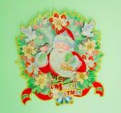 在墙壁上的圣诞节装饰 库存照片
