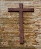 在墙壁上的基督徒十字架 免版税图库摄影