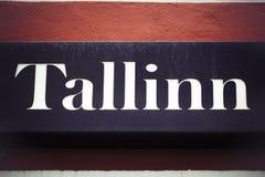 在墙壁上的塔林标志在爱沙尼亚的首都 库存照片