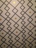在墙壁上的墙纸有软的退色的条纹的 库存照片