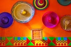 在墙壁上的墨西哥阔边帽 库存图片